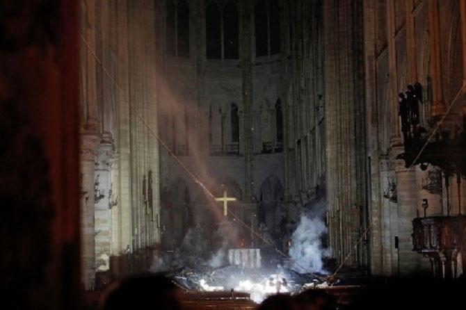 Cảnh sát cho biết nhiều bức tượng, đồ vật có giá trị lịch sử, văn hóa vô giá đã được di chuyển kịp thời ra bên ngoài nhà thờ