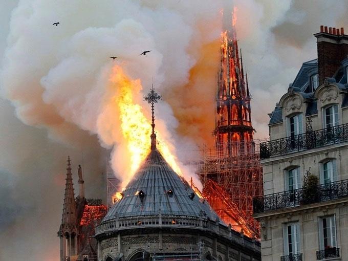 Trước đó, ngọn lửa bất ngờ bùng lên và gây hư hại phần mái nhà thờ.