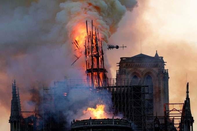 Lửa và khói bốc lên từ Nhà thờ Đức Bà Paris ngày 15/4.