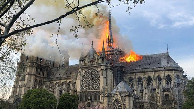 Đám cháy nhìn từ vườn hoa, bên hông phải nhà thờ. (Ảnh: Parisien).