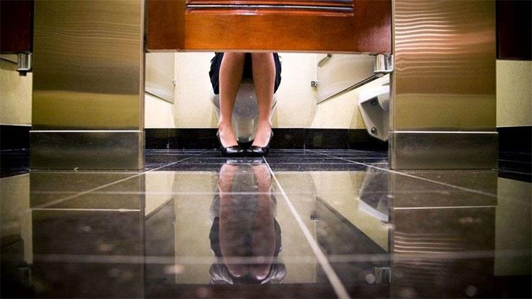 Sử dụng nhà vệ sinh công cộng, mối quan tâm chính của phụ nữ chính là mức độ sạch sẽ.