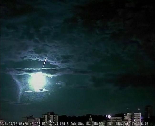 Nó lao nhanh qua khí quyển rồi bốc cháy, tạo thành quả cầu ánh sáng trên trời.