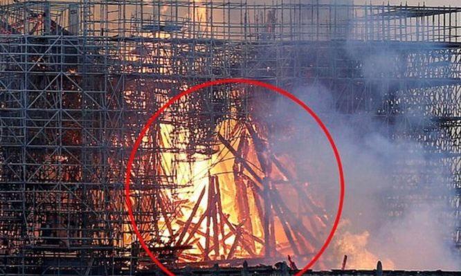 Hình ảnh được cho là Chúa Jesus hiện về trong đám cháy Nhà thờ Đức Bà Paris.