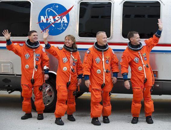 Khi từ vũ trụ trở về, họ sẽ phải chuyển sang bộ đồ tương tự nhưng mang màu cam sáng.