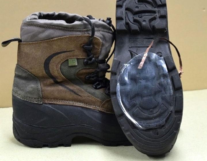 Lớp silicon được gắn cả bên dưới đế giày đi bộ đường dài.