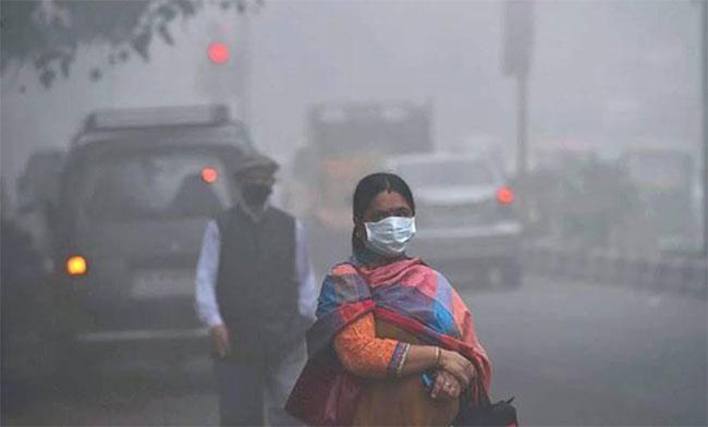 Một phụ nữ Ấn Độ mang khẩu trang để đối phó với bầu không khí ô nhiễm mịt mù