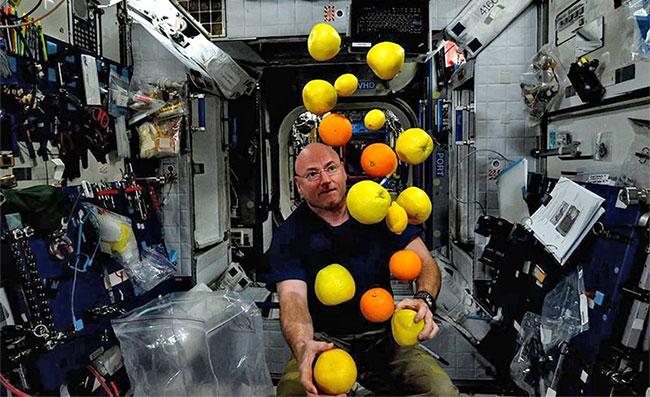 Trong môi trường không trọng lực, ông Kelly thể hiện tài năng tung hứng bậc thầy của mình.