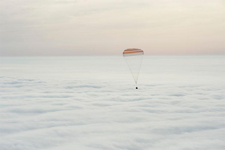 Phi hành gia Scott Kelly cùng Mikhail Kornienko và Sergey Volkov người Nga đang trở về Trái Đất