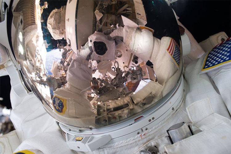 Phi hành gia Scott Kelly chụp ảnh selfie trong một chuyến đi bộ bên ngoài Trạm Không gian Quốc tế vào tháng 10 năm 2015.