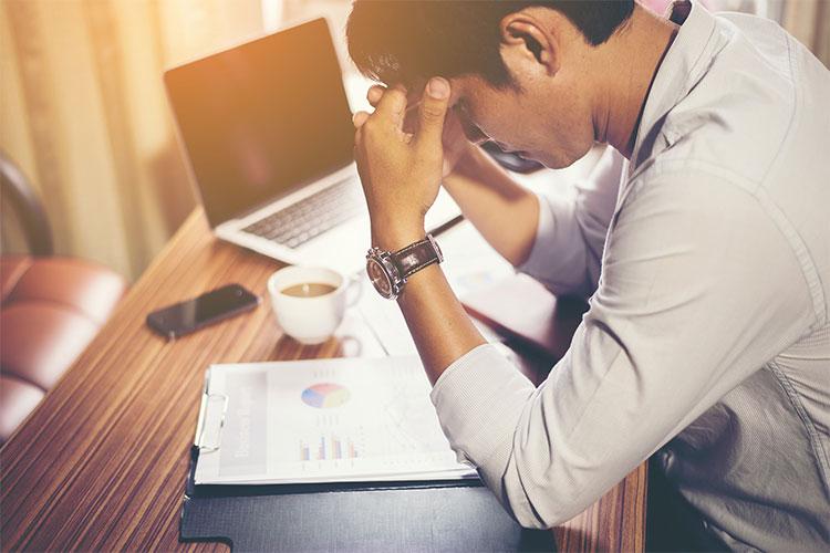 Stress công việc kéo dài gây hại sức khỏe, giảm hiệu suất công việc.