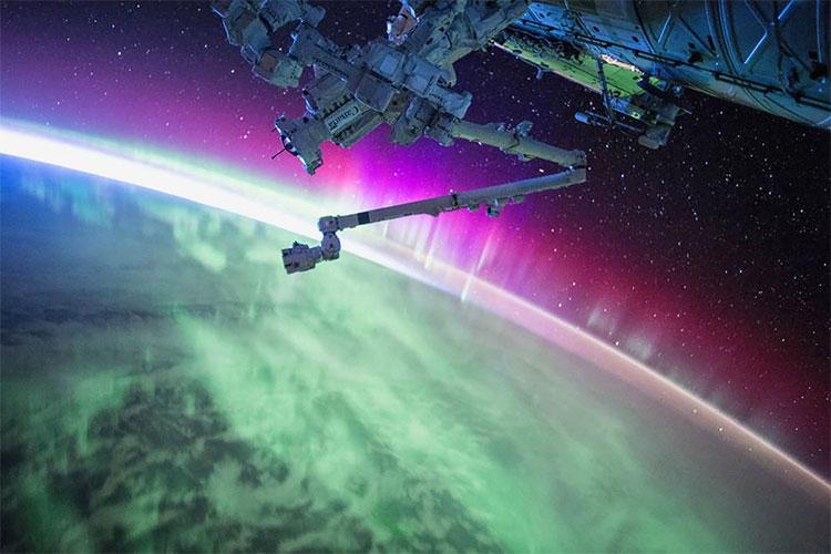 Những dải cực quang rực rỡ màu sắc cùng cánh tay robot đưa ra từ ISS.