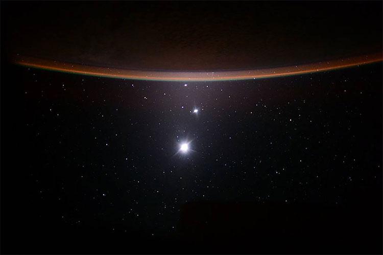 Mặt Trăng, Sao Kim cùng Sao Mộc gần như xếp thẳng hàng nhau trên bầu trời.