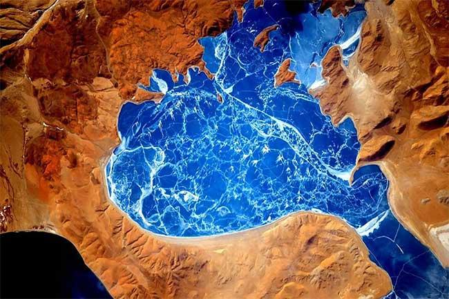 Một hồ nước bị đóng băng ở dãy núi Himalaya.