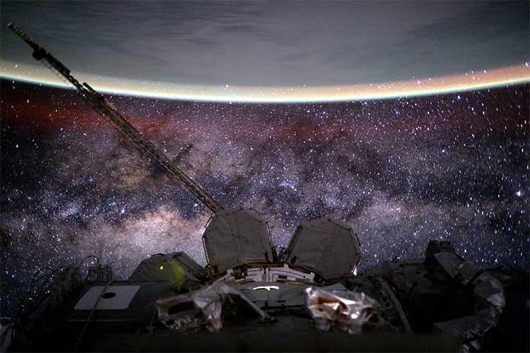 Dải Ngân Hà, Trạm Không gian Quốc tế và Trái Đất.
