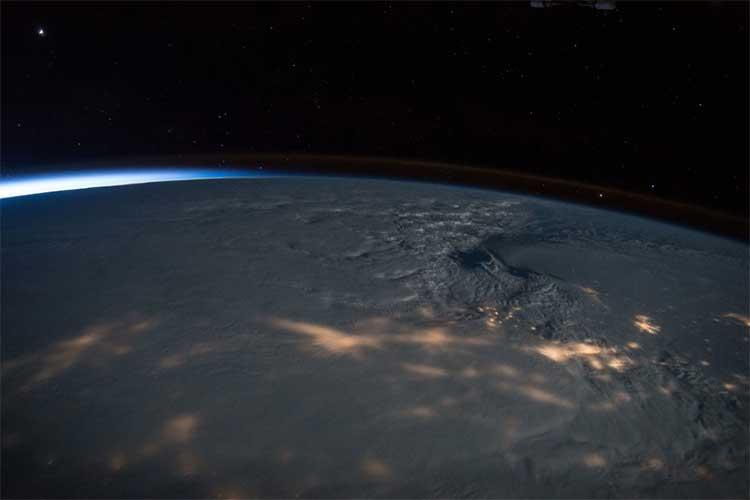 Cơn bão tuyết dữ dội trùm kín cả bờ đông nước Mỹ.