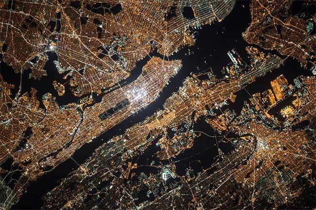 Thành phố New York rực rỡ ánh đèn về đêm.