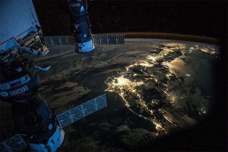 Đảo quốc Nhật Bản rực sáng trong đêm, bên trái hình ảnh là module của Nga được lắp nối vào ISS.