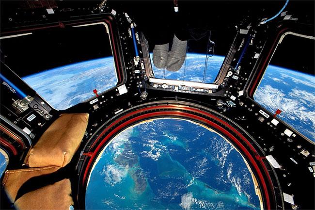 Đứng tựa lên khung cửa sổ và chụp xuống quốc đảo Bahamas ở bên dưới