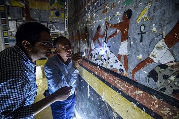 Các bức tranh tường bên trong có mô tả cảnh Khuwy đang ngồi cạnh bàn 1