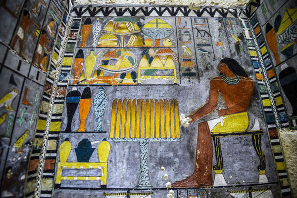 Các bức tranh tường bên trong có mô tả cảnh Khuwy đang ngồi cạnh bàn 2