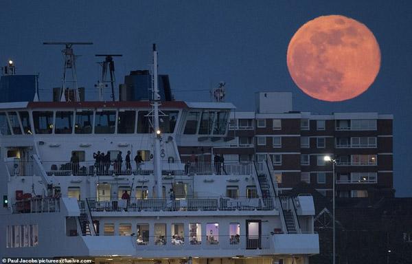 Mặt trăng mọc trên một chiếc phà ở Portsmouth