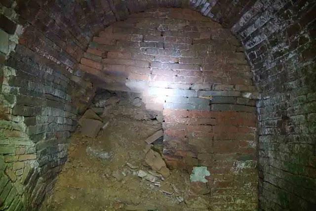 3 cửa hầm xây hình vòm bằng gạch, gạch được in các hoa văn rất đẹp.
