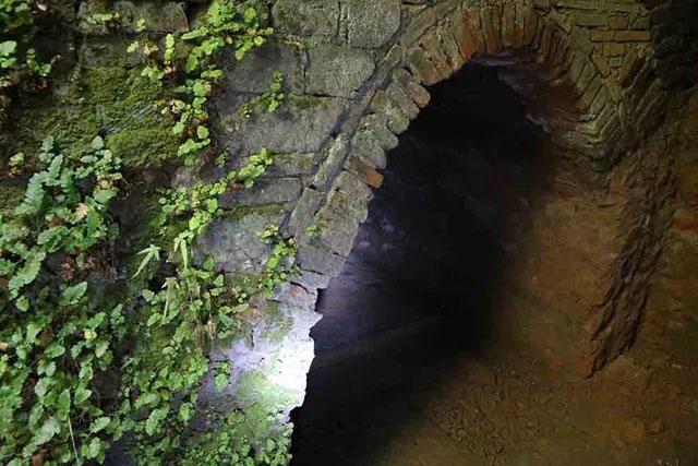 Riêng mùa đông, có thể đứng phía dưới hang lâu mà không bị khó thở.