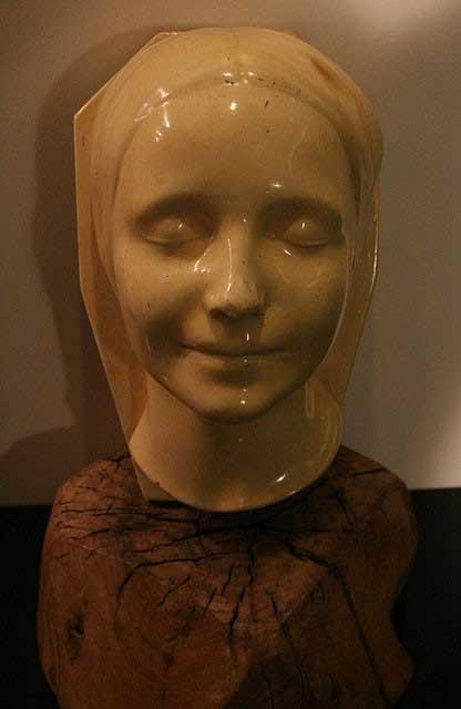 """Nụ cười nửa miệng đóng băng của Cô gái vô danh được ví như """"Nàng Mona Lisa chết đuối""""."""