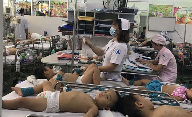 Trẻ bị tay chân miệng điều trị tại Bệnh viện Nhi đồng 1.