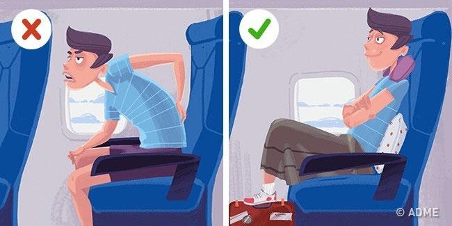 Kê gối sau lưng và đặt chân thoải mái lên túi xách giúp máu lưu thông tốt hơn.