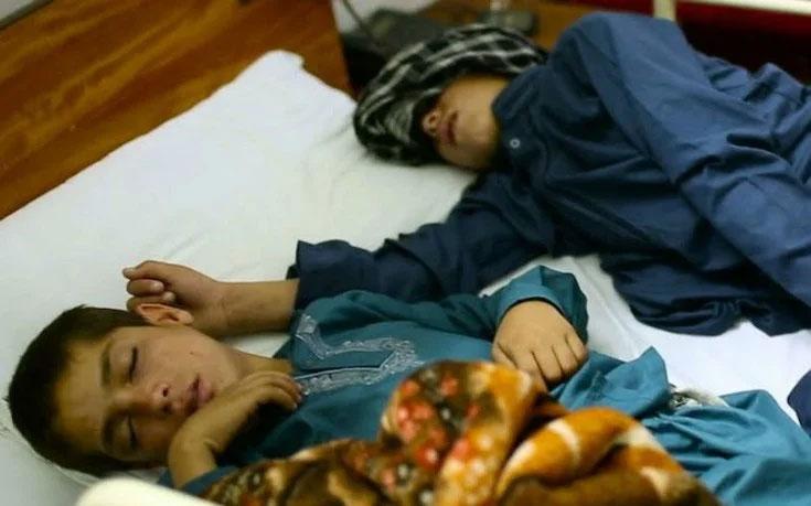 Hai anh em Shoaib Ahmed và Abdul Rasheed cứ đến tối là bị tê liệt