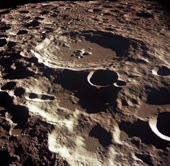 """Bề mặt đầy """"sẹo"""" của Mặt trăng - (ảnh: NASA)."""