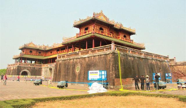 Cổng Ngọ Môn Huế đang trong giai đoạn tu sửa.