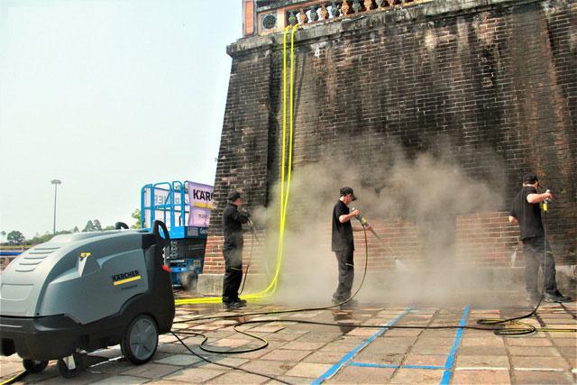 Các nhân viên đang tẩy rửa cổng Ngọ Môn bằng công nghệ mới.