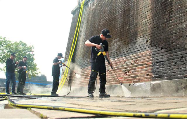Đơn vị sử dụng công nghệ Hơi nước nóng (steam cleaning) để tạo áp lực hơi nước lên bề mặt đá vôi.