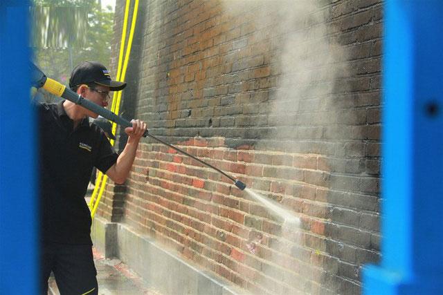 Ngọ Môn Huế đang hoàn tất những công đoạn cuối cùng của dự án làm sạch bằng kỹ thuật mới này.