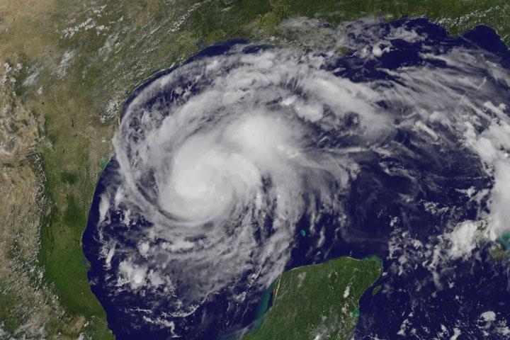 Một cơn bão sẽ phát triển trên vùng nước biển ấm do không khí ẩm, ấm.