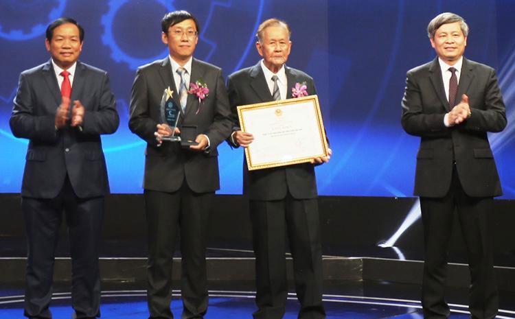 GS Trần Kim Quy (thứ hai từ phải qua) nhận giải nhất từ Ban tổ chức.