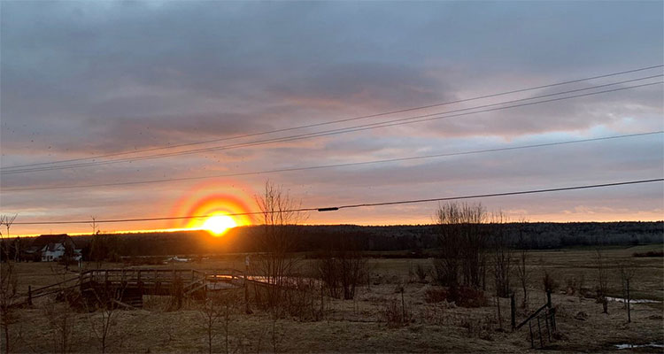 Thời điểm mặt trời lặn xuống, xuất hiện màu cam vàng chói và có tới ba lớp hào quang xung quanh nó.