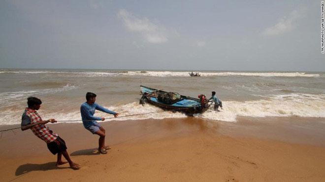 Ngư dân tại Odisha kéo thuyền lên bờ chuẩn bị đối phó bão Fani.
