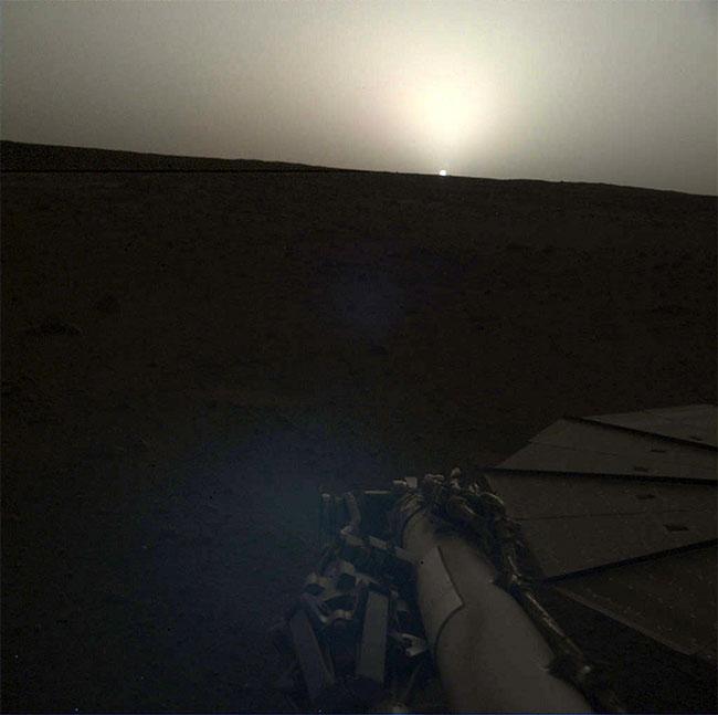 Máy quay trên cánh tay robot của InSight chụp lại cảnh bình minh trên sao Hỏa ngày 25/4