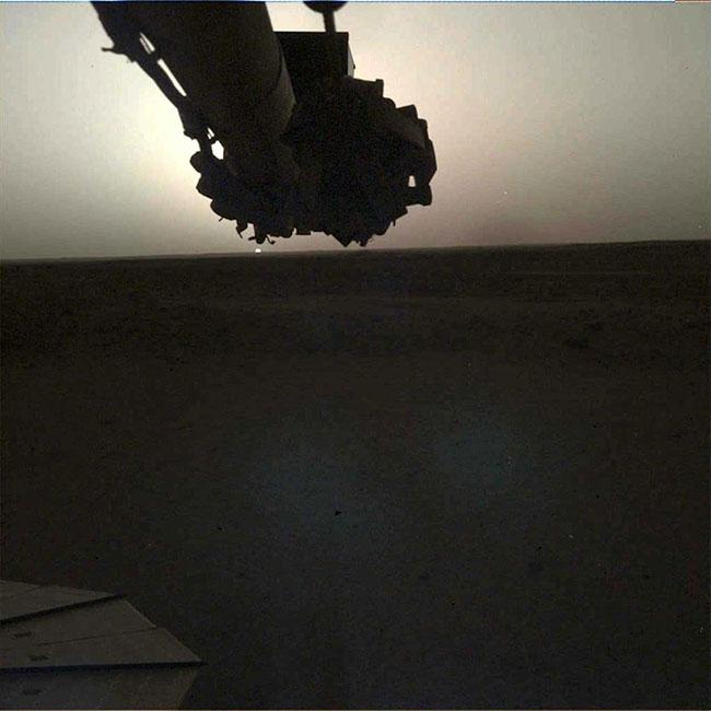 Máy quay trên cánh tay robot của InSight chụp lại cảnh hoàng hôn trên sao Hỏa ngày 25/4