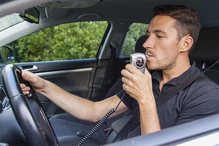 Người vi phạm uống rượu bia lái xe ở Mỹ phải gắn thiết bị thổi độ cồn trên ô tô theo thời gian nhất định.