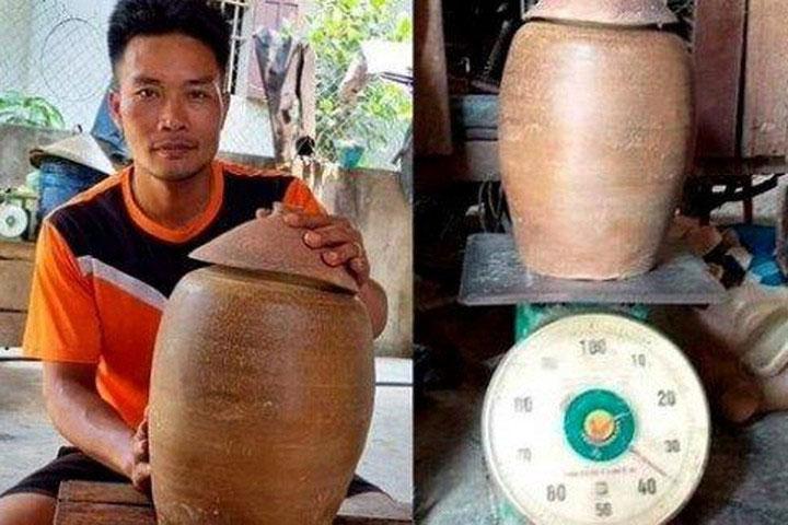 Anh Lang Văn Trung và hũ tiền cổ nặng 36kg.
