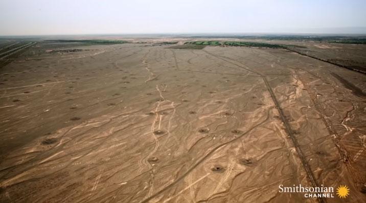 Những mô đất này thực chất là các giếng dẫn tới một hệ thống tưới tiêu cổ đại.
