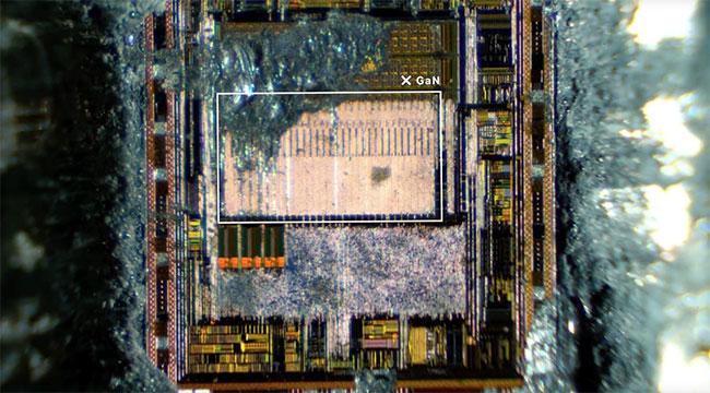 Độ rộng vùng cấm của GaN dài hơn silicon, nghĩa là nó có thể duy trì mức điện áp cao hơn so với silicon.
