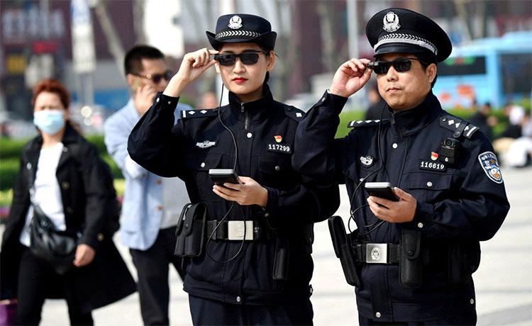 Phóng viên Reuters ghi lại hình ảnh cảnh sát Trung Quốc dùng kính AR thực hiện nhiệm vụ vào đầu năm 2018.