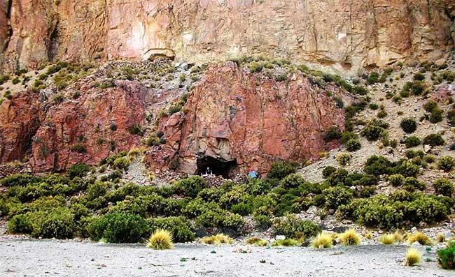 Hang động nơi tìm thấy túi ma dược và các vật dụng, cũng là một khu mồ mả cổ đại