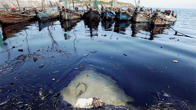 Vết dầu năm 2010 ở Đại Liên (Trung Quốc) đã trải dài trên ít nhất 183km2 nước