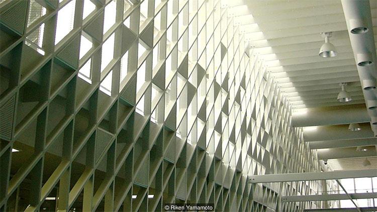 Kiến trúc lưới được sử dụng ở Đại học Hakodate Future, do Riken Yamamoto thiết kế.
